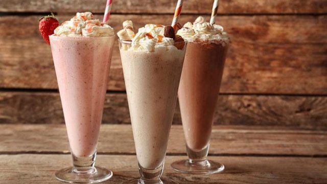How to Make Milkshake With and Without A Blender?